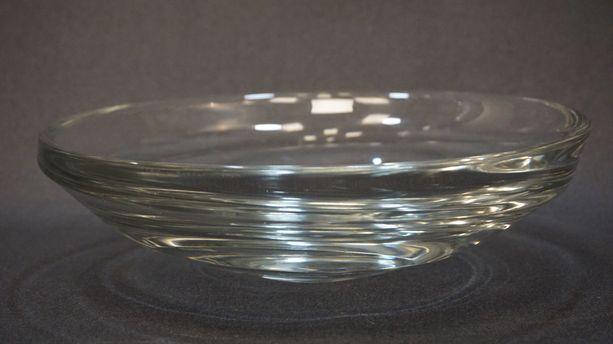 Yli 2 000 euron arvoinen Tapio Wirkkalan suunnittelema lasimalja toimi pitkään perheen eteisessä kolikko- ja avainkippona.