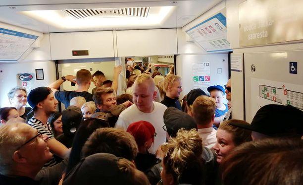 Pääkaupunkiseudulta Lahteen matkalla olleessa junassa oli tiivis tunnelma.