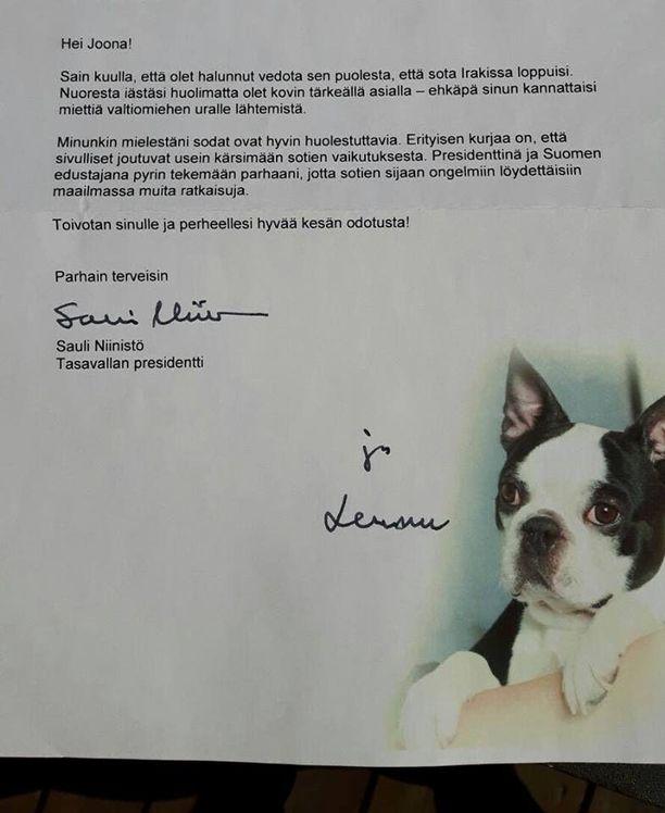 Ylpeä isä Jarno Lahti otti kuvan nelivuotiaan poikansa saamasta kirjeestä, joka saapui postissa presidentti Sauli Niinistöltä.