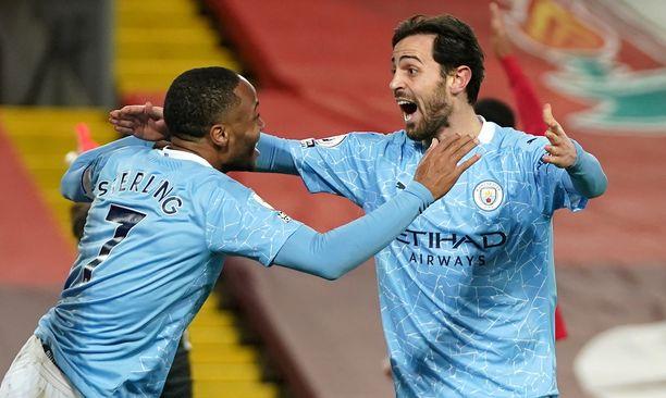 Raheem Sterling (vas.) ja Bernardo Silva juhlivat Manchester Cityn 3–1-maalia.