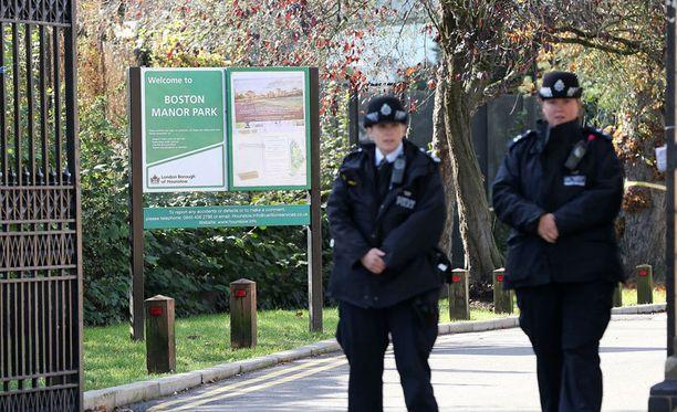 Poliisit vartioivat sunnuntaina Boston Manor park -puiston pääportteja.