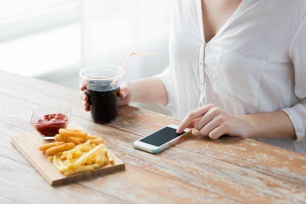 Älypuhelin ei ole parasta lounasseuraa.