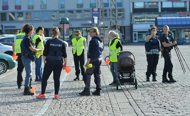 Poliisi eristi puolet Kauppatorista rekonstruktion ajaksi.