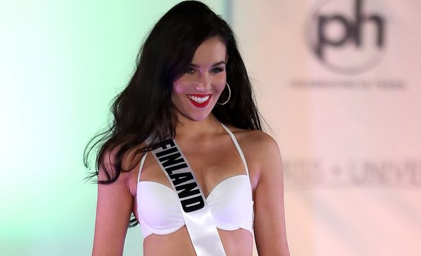 Michaela Söderholm on jaksanut hymyillä säteilevästi Miss Universum -kisoissa.