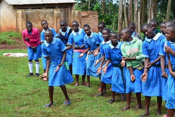 Turvaleireillä kenialaistytöt oppivat silpomisperinteen haitoista draaman keinoin.