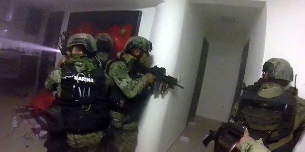 Armeijan sotilaat tekivät rynnäkön paikkaan, jossa El Chapo asui ainakin viimeiset päivät ennen kiinnijäämistään. Ryhmä joutui tulitaisteluun huumekartelliin kuuluvien miesten kanssa.
