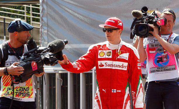 Menetkös siitä. Kimi Räikkönen ei pitänyt ylimääräisestä huomiosta.