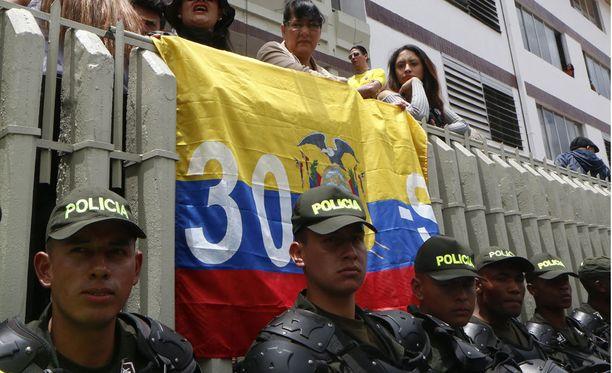 Poliisit vartioivat äänestyspaikkaa maan pääkaupungissa Quitossa.