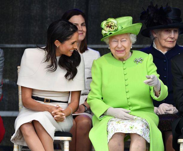 Kuningatar Elilsabetin ja ruhtinatar Meghanin ensimmäinen yhteinen edustusmatka suuntautui Cheshireen. Judi Jamesin mukaan kuningatar yritti saada Meghanin rentoutumaan. Kuningatarta kohti nojautunut Meghan näyttää osallistuvan kuningattaren ilonpitoon, mutta kehon jäykkä asento ei viesti rentoutumisesta saati hauskanpidosta.
