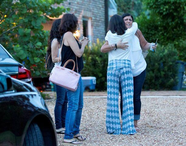 Omaiset halasivat toisiaan Floridan Tequestassa kaksi päivää poikien katoamisen jälkeen heinäkuussa.