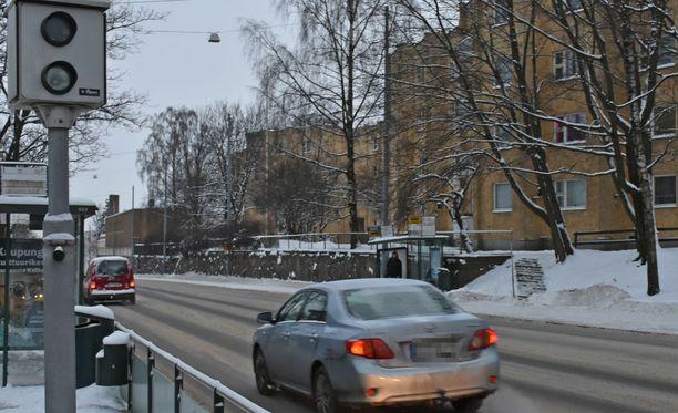 Tuusulanväylän päässä Mäkelänkadulla sijaitseva tolppakamera reagoi ylinopeuteen ja punaisia päin ajamiseen.