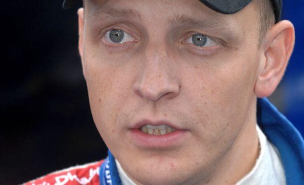 """Mikko Hirvonen lähtee """"varpaillaan"""" voittotaistoon."""