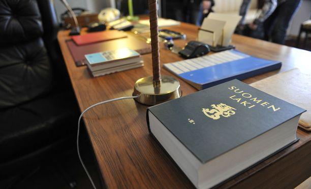 Lumilapio-palkinto myönnettiin kuntapäättäjien rikossyytteiden ja -tuomioiden paljastamisesta kuntavaalivuonna 2017.