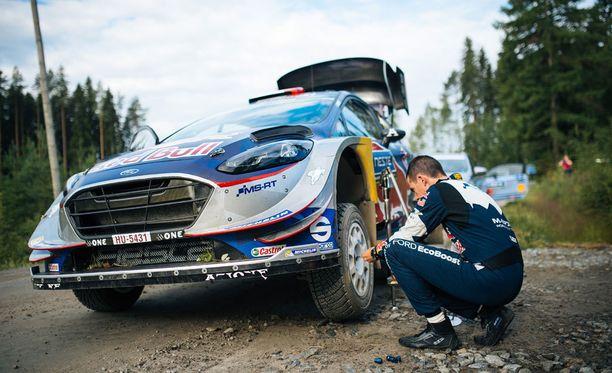 Sebastien Ogierin autosta irtosi rengas. Kuva otettu ennen neljättä erikoiskoetta.