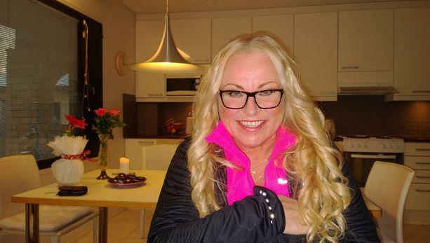 Tv:n jumppatyttönä 1980-luvulla tunnetuksi tullut Anne Sällylä on saanut neljä kaunista tyttöään maailmalle ja asuu nyt yksin omakotitaloaan.