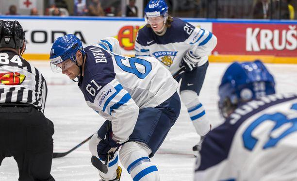 Aleksander Barkov pelaa Patrik Laineen ja Jussi Jokisen keskellä.
