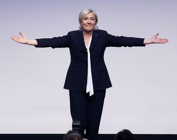 Ranskan oikeistopopulistien presidenttiehdokas Marine le Pen iloitsi lauantaina Saksan Koblenzissa. (AP Photo/Michael Probst)