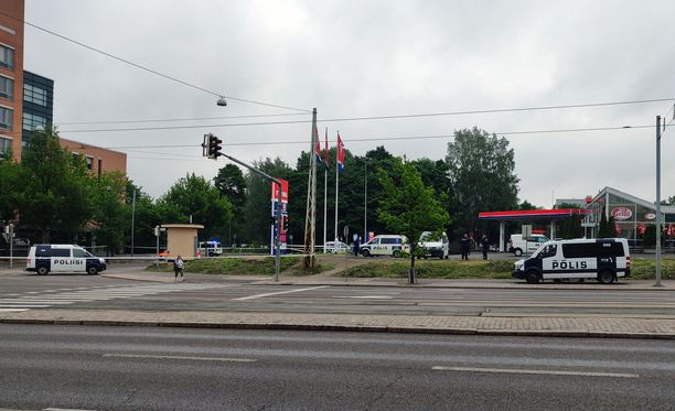 Poliisiautoja oli silminnäkijän mukaan paikalla ainakin kuusi.