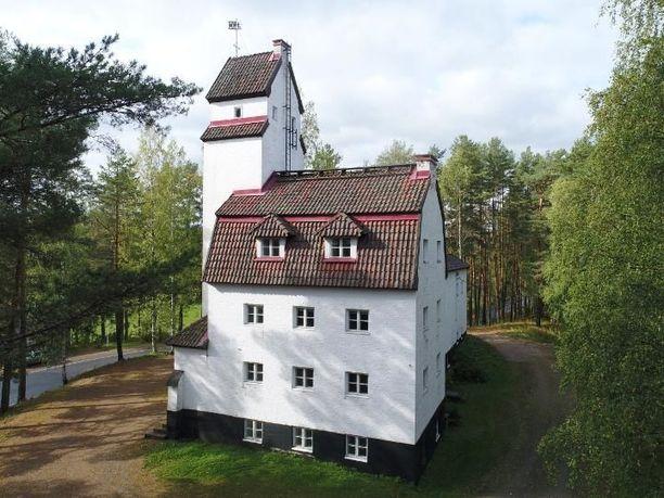 Linna sijaitsee Pajamäen harjanteella ja se hallitsee kirkonkylän maisemaa. Linnan tornista on näkymä Saimaan suuntaan.