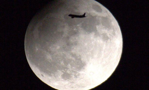 Kuunpimennystä seurannut kuukuvaaja onnistui sattumalta nappaaman kuvan kuusta juuri lentokoneen osuessa sen kohdalle Helsingissä vuonna 2013.
