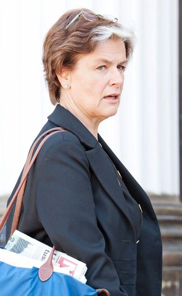 Astrid Thors leimattiin maahanmuutto- ja eurooppaministerinä toimiessaan kukkahattutädiksi. Thors laski asiasta myöhemmin leikkiä julistautumalla kaikkien kukkahattutätien äidiksi.