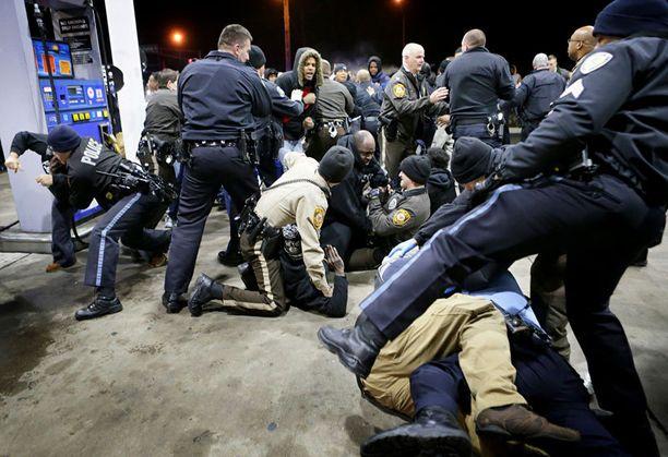 Poliisi joutui käsirysyyn mielenosoittajien kanssa lähellä teinipojan kuolinpaikkaa.