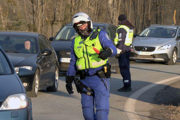 Poliisi siirtyy valvomaan valmiuslain noudattamista myös maakunnan sisäpuolelle.