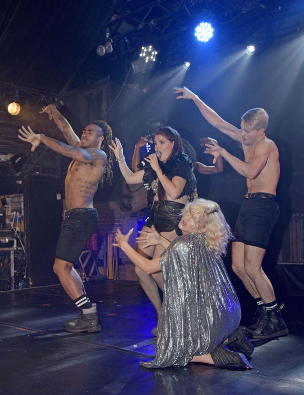 Gay-klubilla tanssiryhmän miehet esiintyivät ilman paitoja.