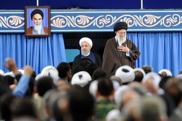 Ajatollah Ali Khamenei (oik.) on ydinsovun vastustaja, toisin kuin presidentti Hassan Ruhani.