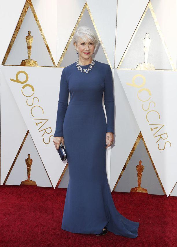 Helen Mirren häikäisi punaisella matolla.