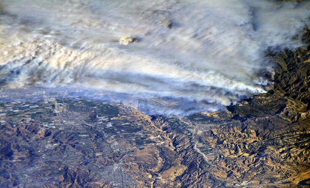 Kansainväliseltä avaruusasemalta otetussa kuvassa näkyy Kalifornian palojen laajuus.