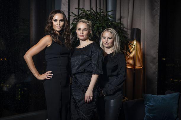 Minttu Räikkönen ja Gugguun perustajasiskokset Miia Riekki ja Anne Valli Gugguu-lastenvaatemerkin pressitilaisuudessa. Minttu on suunnitellut merkille malliston.