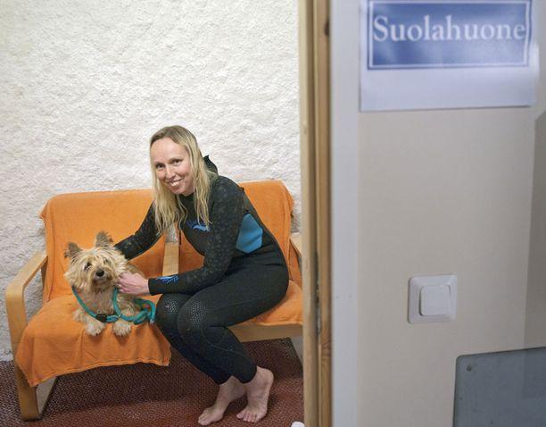 Suolahuone – Suolahuone auttaa myös koirien iho- ja hengitystieongelmiin, kertoo Tuovi Ahola. Hoitokoira Candy ei malttaisi istua huoneessa paikallaan.