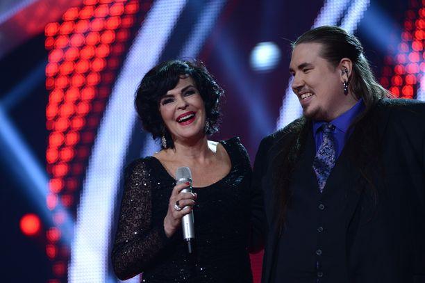 Vuonna 2013 The Voice of Finland -finaalissa lavalla tähtivalmentaja Paula Koivuniemi ja Antti Railio.