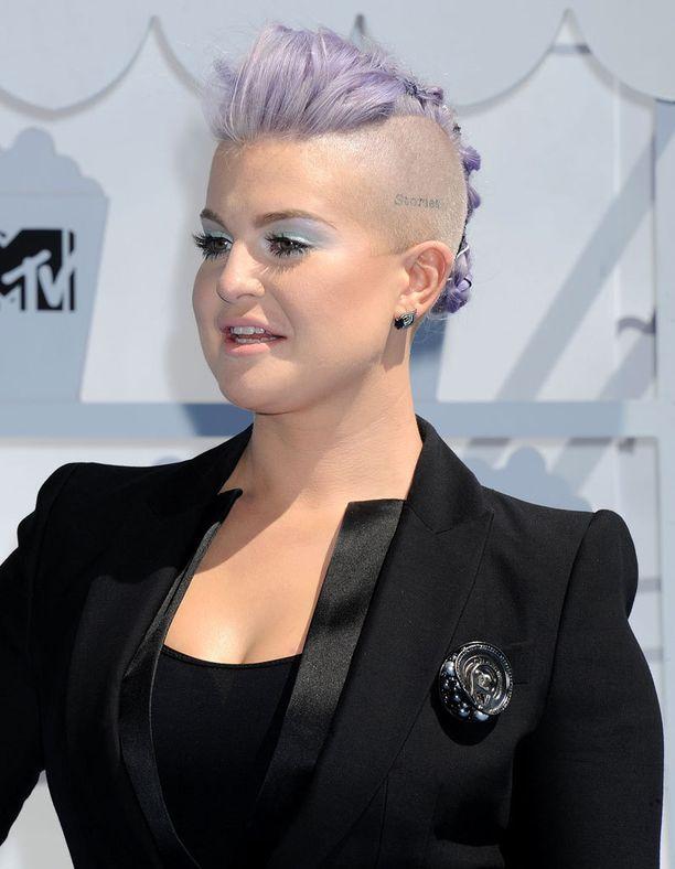 Kelly Osbourne viihtyy laventelisessa hiusvärissä.