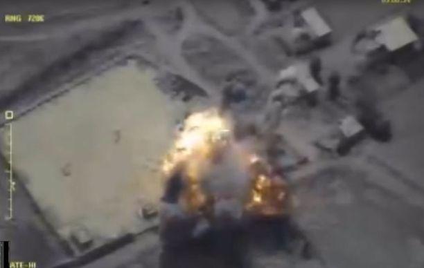 Venäjä tukee Syyrian hallituksen joukkoja Deir ez-Zorissa, joka jäänee viimeiseksi Isisin hallitsemaksi alueeksi Syyriassa. Kuvassa Venäjän puolustusministeriön mukaan Isis-kohde, jota on ammuttu risteilyohjuksella 14. syyskuuta.