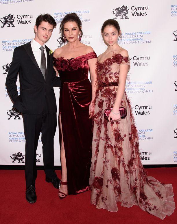 Dylan Michael Douglas, Catherine Zeta-Jones ja Carys Zeta-Douglas.
