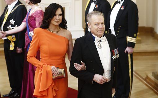 Ilkka ja Elina Kanerva saapuivat ensimmäistä kertaa avioparina Linnaan – Elinan upea oranssi iltapuku varasti huomion