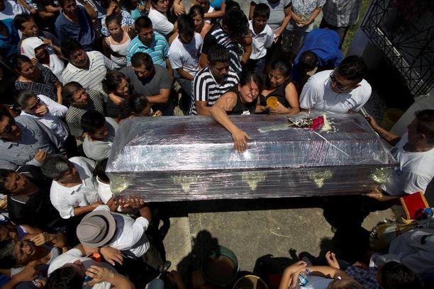 Sukulaiset itkivät Kexly Valentinon arkun äärellä Ecuadorin Montecristissa. Kexly, hänen äitinsä Gabriela ja veljensä Alex kuolivat järistyksessä.