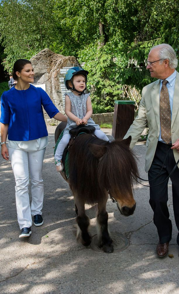 Estelle pääsi ratsastamaan viime kesänä Skansenin eläintarhassa. Pikkuprinsessojen omat hevoset asuvat Gotlannissa.