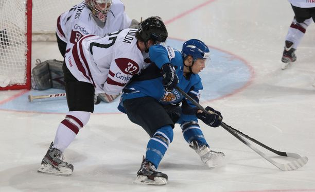 Latvian luottopelaaja Arturs Kulda puolustamassa Antti Pihlströmiä vastaan vuoden 2013 MM-kisoissa.