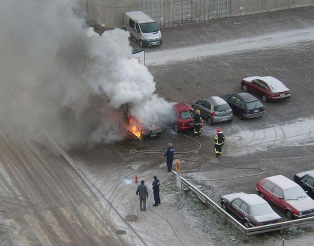 Auto syttyi palamaan Espoon Perkkaalla.