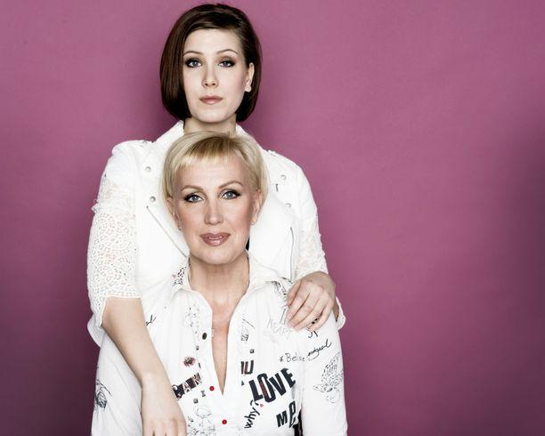 Merja Larivaara ohjaa Peppi Pitkätossu -näytelmän Oulun teatterissa. Tytär Meeri Toivonen valittiin pääosaan 400 hakijan joukosta. Kuvassa äiti ja tytär Iltalehden kuvauksissa vuonna 2015.