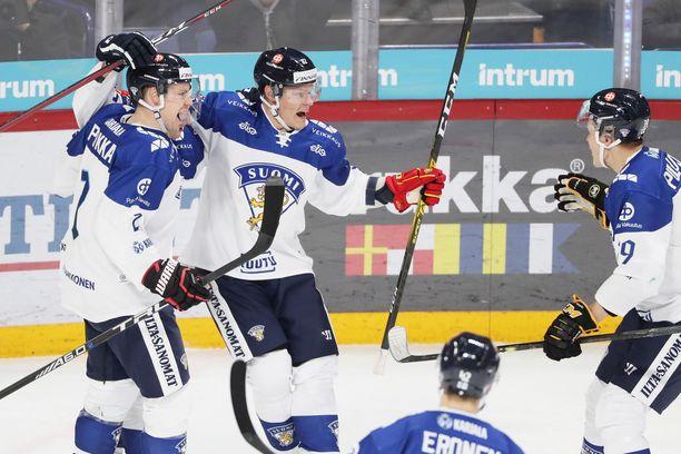 Harri Pesonen (keskellä) juhli Venäjää vastaan tekemäänsä voittomaalia yhdessä Ville Pokan ja Jesse Puljujärven kanssa.