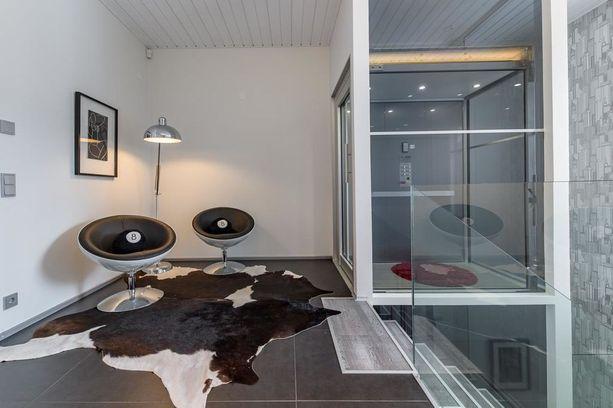 Tämän talon erikoisuus on oma hissi, joka kulkee joka kerrokseen aina autotallista asti.