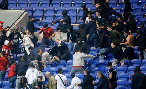 Lyonin ja Besiktasin kannattajat ottivat yhteen nyrkein katsomossa.