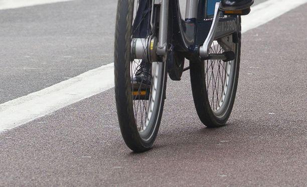 Iäkkäät ihmiset pitäisi siirtää lasten seuraan pyöräilemään jalkakäytävälle, ehdottaa Liikenneturvan tutkimuspäällikkö Juha Valtonen Keskisuomalaisessa.