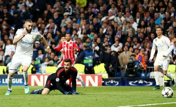 Bayernin maalivahti Sven Ulreich tyrii, Real Madridin Karim Benzema kiittää.