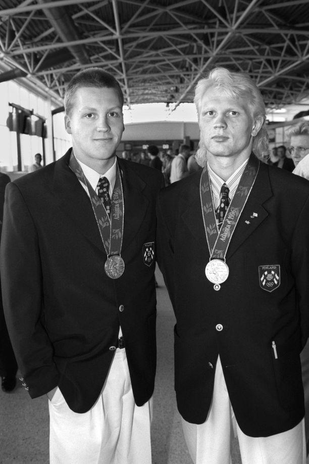 Marko Asell (oikealla) poseerasi 1996 Jani Sievisen kanssa. Sievinen voitti 200 metrin sekauinnin hopeaa.