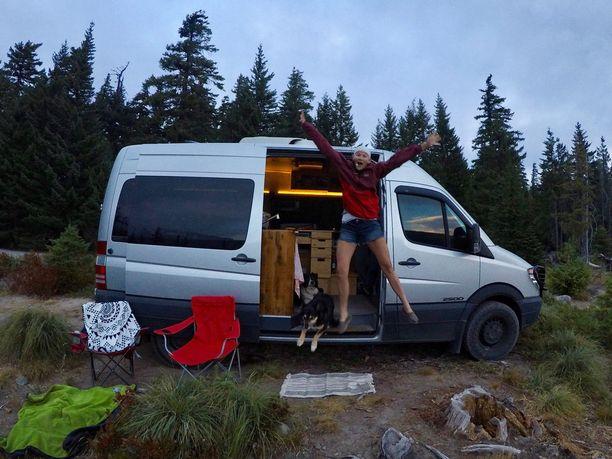 Tähän mahtuu hyvin kaksi matkailua rakastavaa ihmistä ja kaksi koiraa.
